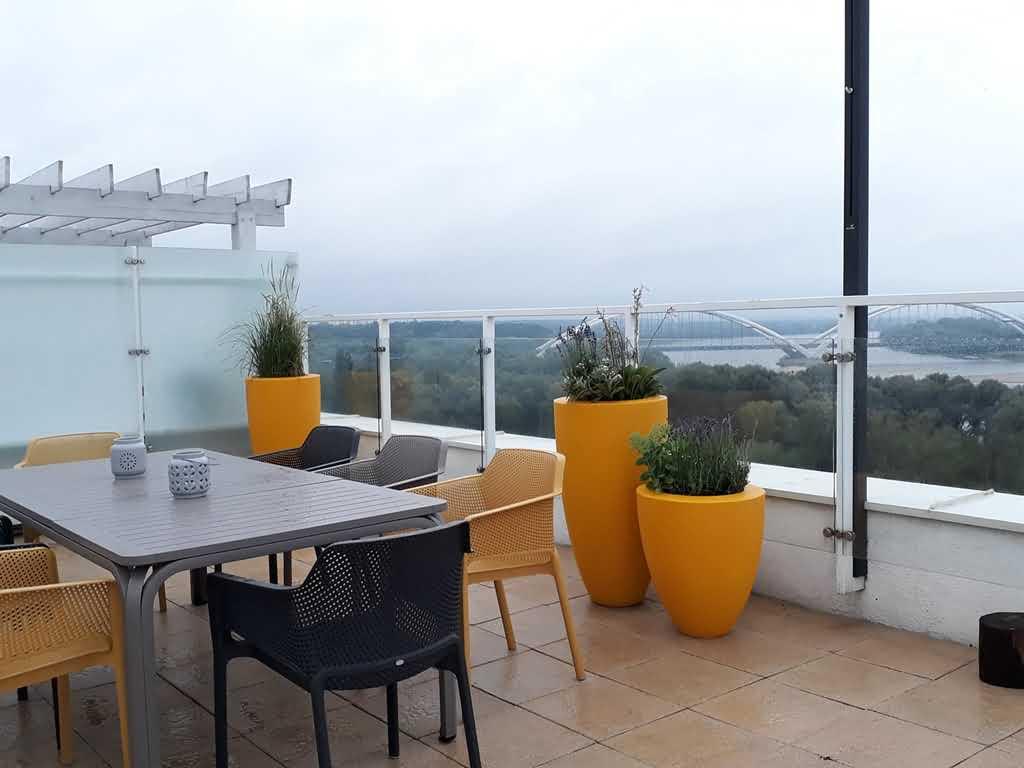 Twój balkon w zupełnie nowej odsłonie dzięki wysokim donicom tarasowym